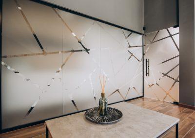 Декорация за офис с пясъкоструйно фолио